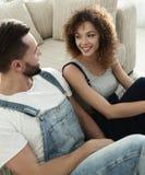 Конец-вверх счастливой пожененной пары сидя в новой квартире Стоковые Фотографии RF