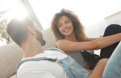 Конец-вверх счастливой пожененной пары сидя в новой квартире Стоковое фото RF