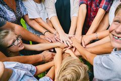 Конец-вверх счастливых 11 рук людей наваливая Стоковое Фото