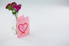 Конец-вверх счастливой карточки дня матерей с вазой цветка Стоковые Фотографии RF