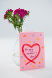 Конец-вверх счастливой карточки дня матерей с вазой цветка Стоковая Фотография RF