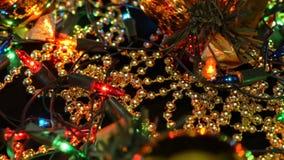 Конец-вверх съемки украшений рождества Шарики, гирлянды и шарики золота видеоматериал