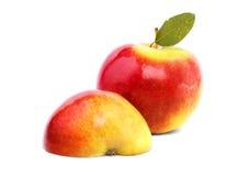 Конец-вверх сладостных красно-желтых яблок с зелеными лист Зрелые, питательные, яркие плодоовощи на белой предпосылке Плодоовощи  Стоковое Изображение