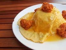 Конец-вверх, тайский стиль еды: взболтанные яичка omlette с пряным цыпленоком Стоковое Фото