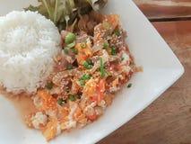 Конец-вверх, тайский стиль еды: & x22; Пусковая площадка Thai& x22 бочки Moo Kaow; fied свинина, яичко Стоковые Изображения