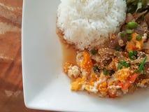 Конец-вверх, тайский стиль еды: & x22; Пусковая площадка Thai& x22 бочки Moo Kaow; fied свинина, яичко Стоковая Фотография