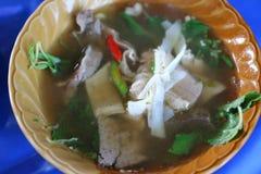 Конец-вверх Тайской кухни, Том Yum, жалуется в chili, травах, овощах в чашке стоковые фотографии rf
