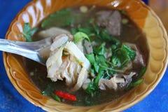 Конец-вверх Тайской кухни, Том Yum, жалуется в chili, травах, овощах в чашке стоковая фотография