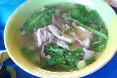 Конец-вверх Тайской кухни, Том Yum, жалуется в chili, травах, овощах в чашке стоковые фото