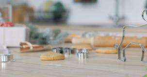 Конец-вверх теста пряника с резцом муки и печенья на таблице делать печенья рождества пряника с все сток-видео