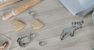 Конец-вверх теста пряника с резцом муки и печенья на таблице Традиционный домодельный десерт рождества акции видеоматериалы