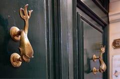 Конец-вверх типичной ручки двери Мальты, в зеленом цвете, деревянная дверь на Валлетте стоковое фото rf