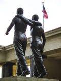 Конец-вверх товарищей в статуе оружия почетности на американском воинском кладбище на Nettuno, Италии стоковое изображение rf