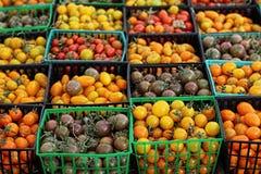 Конец-вверх томатов вишни и груши в контейнерах Стоковые Фотографии RF