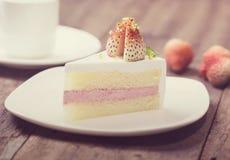 Конец вверх торта сливк клубники на белизне на деревянном backgroun Стоковые Изображения
