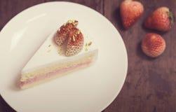Конец вверх торта сливк клубники на белизне на деревянном backgroun Стоковое Фото