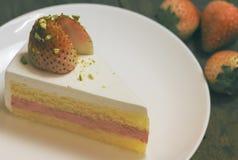 Конец вверх торта сливк клубники на белизне на деревянном backgroun Стоковая Фотография RF