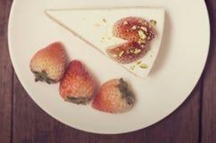 Конец вверх торта сливк клубники на белизне на деревянном backgroun Стоковое Изображение