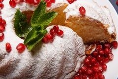 Конец-вверх торта ягоды на предпосылке плиты Торт с пряной мятой и красной венисой Рецепты для традиционных обслуживаний партии Стоковое Изображение