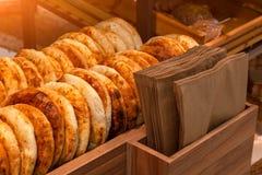 Конец-вверх тортов хлеба tandyr свежо испек аппетитно положенный o стоковые изображения