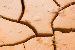 Конец-вверх треснул землю почвы, землю засухи настолько длиной безводную Стоковая Фотография RF