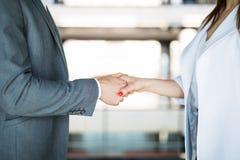 Конец-вверх трясти руки после деловой встречи в офисе Стоковая Фотография