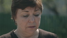 Конец вверх унылой матери сопровождает ее сына к сток-видео