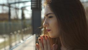 Конец-вверх унылой молодой женщины акции видеоматериалы