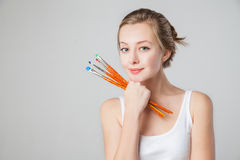 Конец-вверх усмехаясь художник-девушки с paintbrushes Стоковое Фото