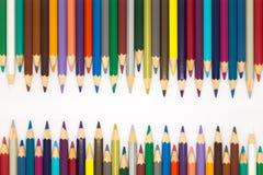 Конец вверх установил карандашей множественного цвета деревянных на белой предпосылке Стоковая Фотография