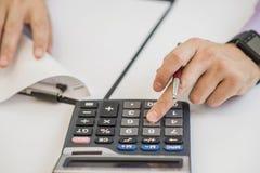 Конец-вверх фактур бизнесмена расчетливых используя калькулятор Стоковые Фото