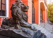Конец-Вверх фронта статуи льва здания Стоковые Изображения RF