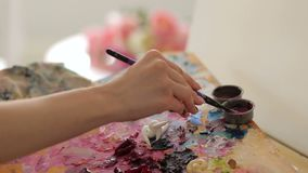 Конец-вверх художника девушки моет щетку для того чтобы покрасить в воде сток-видео