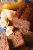 Конец-вверх хлеба банана на таблице Вертикальное взгляд сверху Стоковые Изображения RF