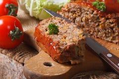 Конец-вверх хлебца мяса на разделочной доске горизонтально стоковые фотографии rf