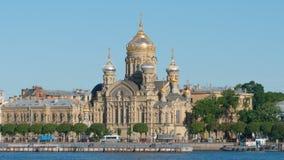 КОНЕЦ ВВЕРХ: Церковь Uspenskaya на реке острова и Neva Vasilievsky в лете Стоковая Фотография RF