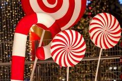 Конец-вверх части больших красных striped декоративных леденцов на палочке рождества Праздничная абстрактная предпосылка, bokeh,  Стоковая Фотография