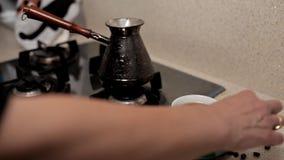 Конец-вверх чашки кофе, зажаренные в духовке кофейные зерна, на таблице плитой E сток-видео