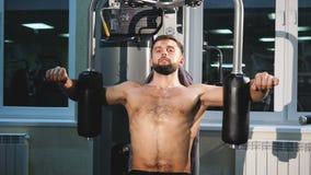 Конец-вверх человека выполняет тренировки спортзала, человека, тренировки прочности для рук, спортзала видеоматериал