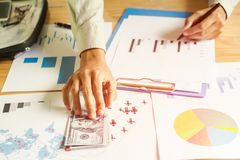 Конец-вверх человека в решетке концепции доллара США руки предлагая нечестной и идеи шоу-бизнеса диаграмм Стоковое Изображение RF