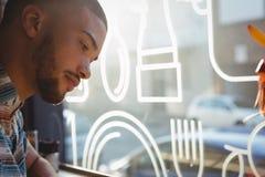 Конец-вверх человека смотря вниз в кафе Стоковые Изображения RF