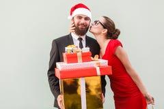 конец вверх человек влюбленности поцелуя принципиальной схемы к женщине Бизнесмен красивого поцелуя девушки счастливый, b Стоковые Изображения RF