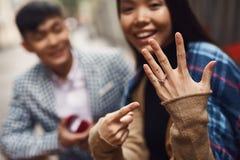 конец вверх Человек делает предложение замужества к девушке Стоковые Фото