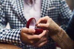 конец вверх Человек делает предложение замужества к девушке Стоковое Изображение RF