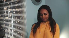 Конец-вверх черного женского колориста разговаривая с клиентом который признавает ее превосходный видео- проект сток-видео
