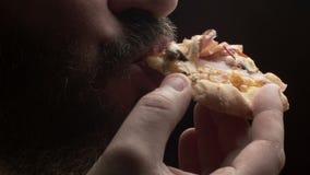 Конец-вверх человека есть кусок пиццы сток-видео