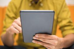 Конец-вверх человека используя цифровую таблетку Стоковое Изображение RF