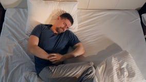 Конец-вверх человека страдая от боли в животе 4K видеоматериал