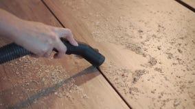 Конец-вверх - чистка с пылесосом здания Удаление опилк сток-видео