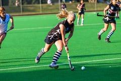 Конец-Вверх шарика девушки хоккея идущий Стоковое Изображение RF